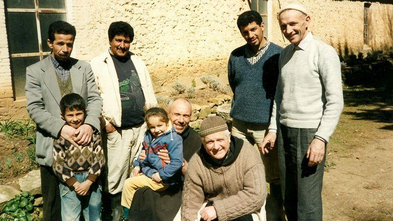 Photo prise le 20 mars 1996, cinq jours avant l'enlèvement. On y voit les pères Bruno (debout à droite), Célestin et Christophe (accroupis).