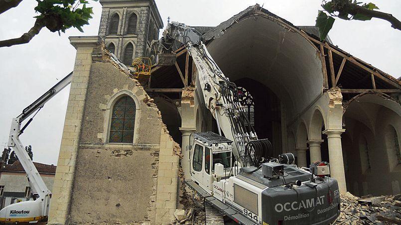 L'église de Gesté en cours de démolition.