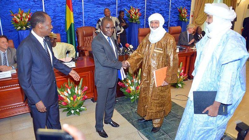 Le colonel Moussa Sinko Coulibaly (au centre), représentant de la délégation malienne, avec le secrétaire général du MNLA, Bilal Ag Acherif, après la signature d'un accord entre les autorités maliennes et les groupes touaregs.