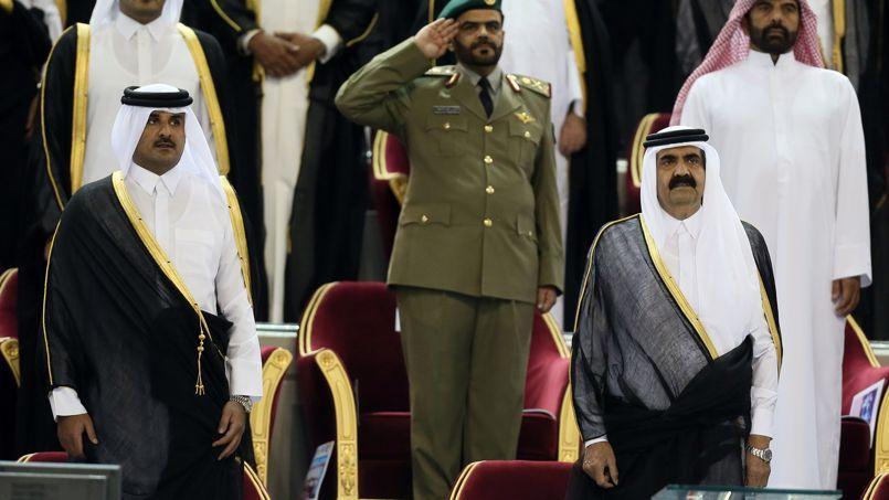 L'émir Hamad ben Khalifa al-Thani en compagnie de son fils, le prince Tamim (à gauche), le 18 mai, au Khalifa Stadium à Doha.