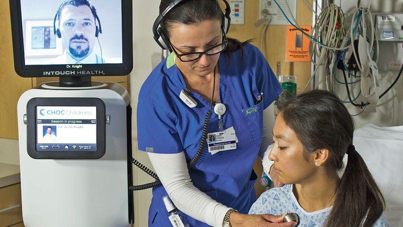 Une tour mobile, équipée d'une tablette tactile pivotante, permet au médecin d'interagir avec le patient et aussi de l'examiner en utilisant notamment des ultrasons ou un stéthoscope. Crédit: DR