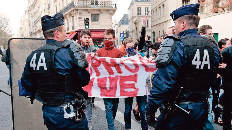 Clément Méric (au centre) lors d'une manifestation de soutien au Mariage pour tous, le 17 avril à Paris.