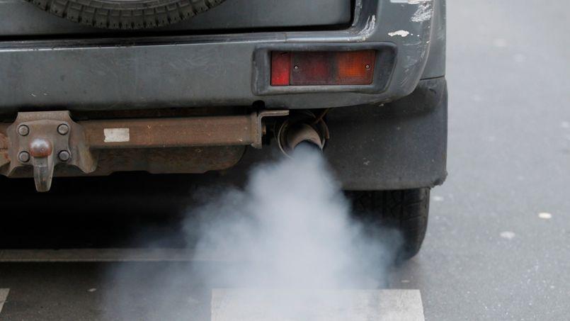 De la fumée s'échappe du pot d'échappement d'un véhicule diesel.