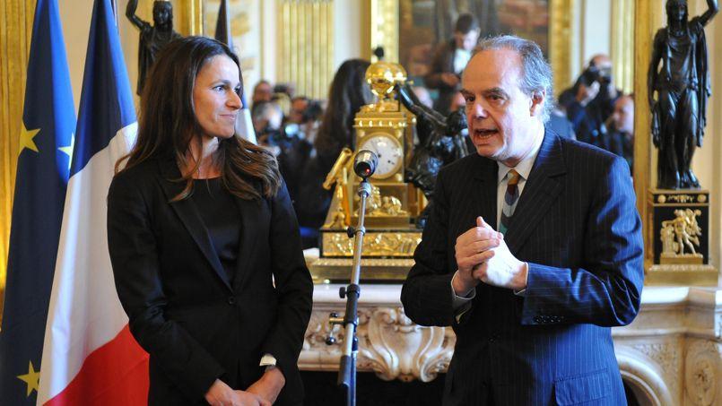 Aurélie Filippetti et Frédéric Mitterrand lors de la passation de pouvoir au ministère de la Culture à Paris le 17 mai 2012.