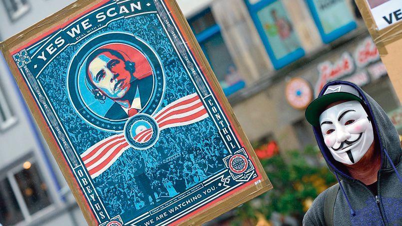 À Hanovre, un homme manifeste contre l'espionnage de la NSA. L'Allemagne, qui héberge des bases américaines, est le pays de l'Union européenne (UE) le plus surveillé par les espions américains.