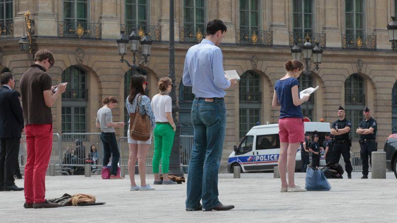 Les «veilleurs debout» se sont à nouveau rassemblés, lundi, devant le Palais de justice, place Vendôme, à Paris.