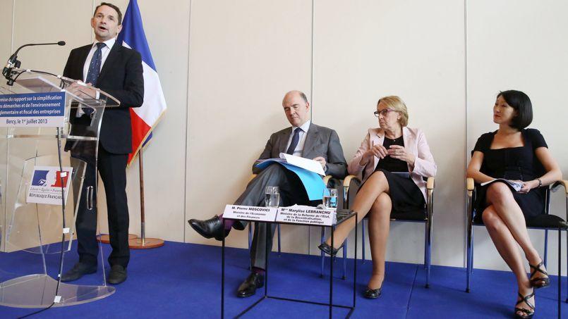 Thierry Mandon remet son rapport, lundi à Paris, à Pierre Moscovici, Marylise Lebranchu et Fleur Pellerin (de gauche à droite).