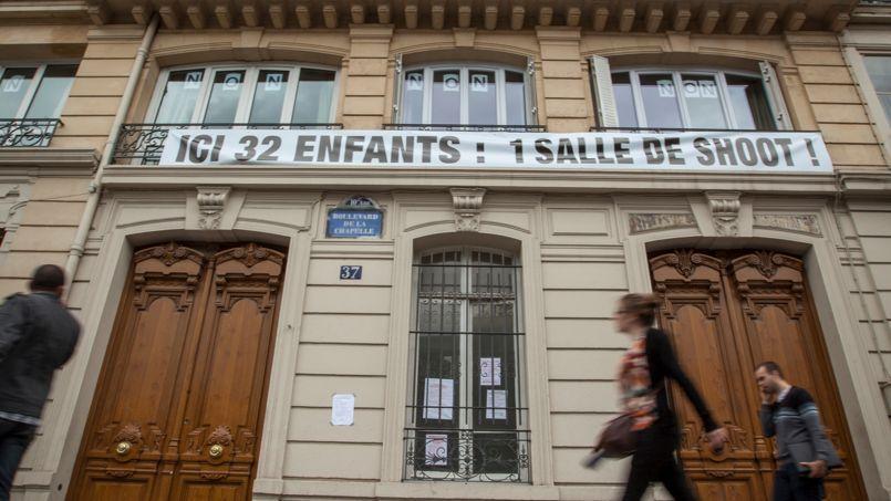 Banderole de protestation installée par les riverains contre l'installation d'une salle de shoot , dans un immeuble voisin appartenant à la SNCF.