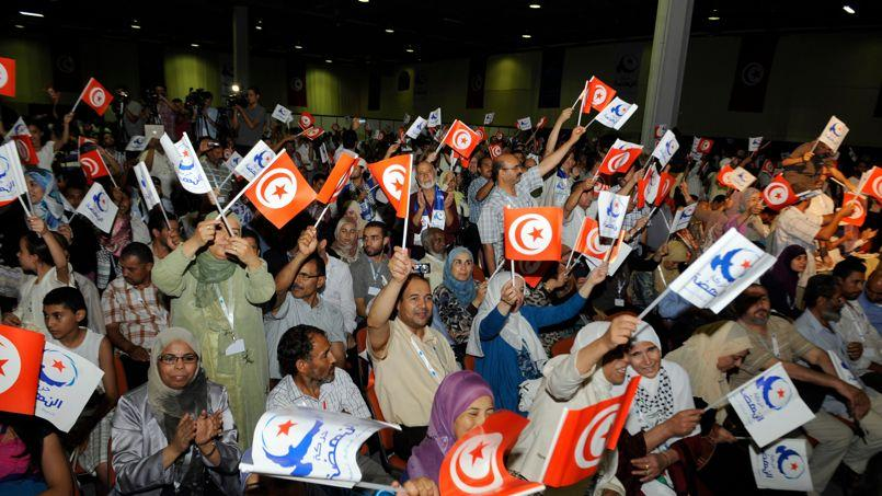Les militants d'Ennahda se réjouissent de la la réélection de Rached Ghannouchi à la tête du parti islamiste, en juin 2012.
