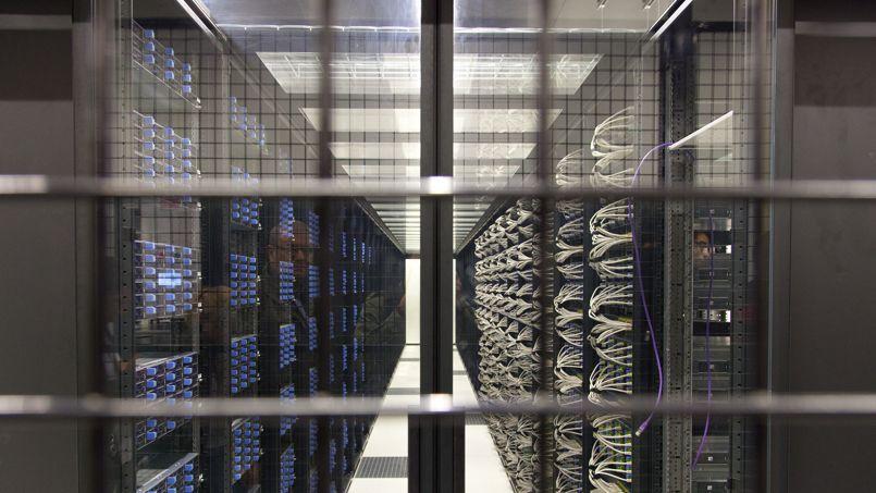 Les data centers sont des pièces immenses où sont alignées des centaines d'ordinateurs qu'il faut climatiser pour éviter la surchauffe. Ils engloutissent plus de 7% de l'électricité produite en France.