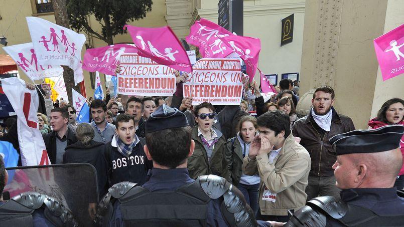 Des policiers face à des manifestants anti-mariage gay, le 2 avril 2013.