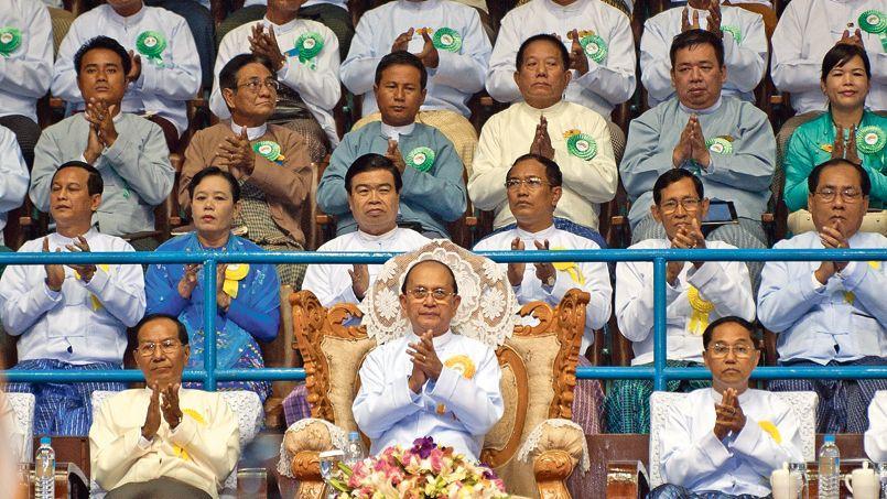 Thein Sein(au centre), lors d'une cérémonie au stade de Rangoun, le 2 juin.