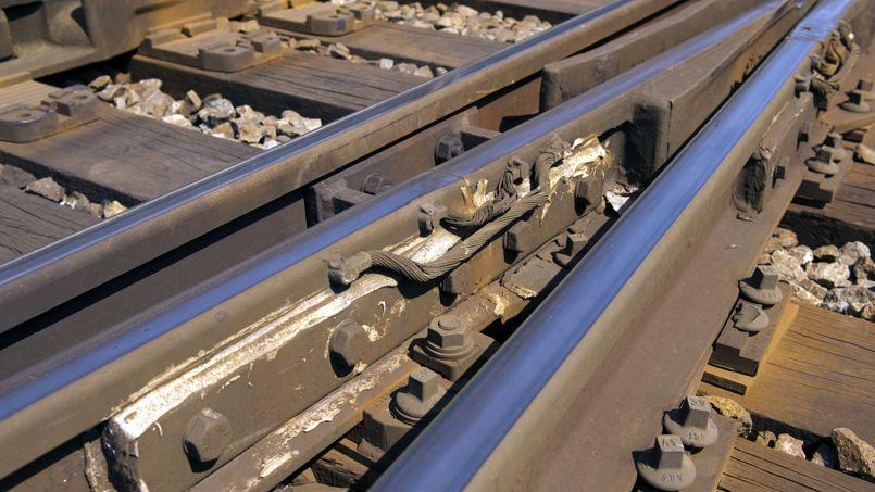 La SNCF a confirmé que l'éclisse, cette pièce métallique reliant deux rails, s'est détachée et a détourné le train.