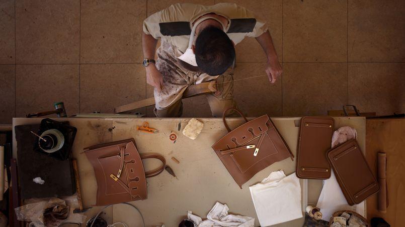 Un artisan d'Hermès au travail dans son atelier. Crédits photo: Lucie et Simon.