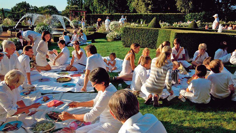 Jusqu'au 19août, des pique- niques en tenue blanche sont organisés tous les soirs dans les légendaires jardins du manoir d'Eyrignac en Dordogne.