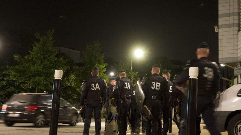 Des policiers en faction à Trappes.