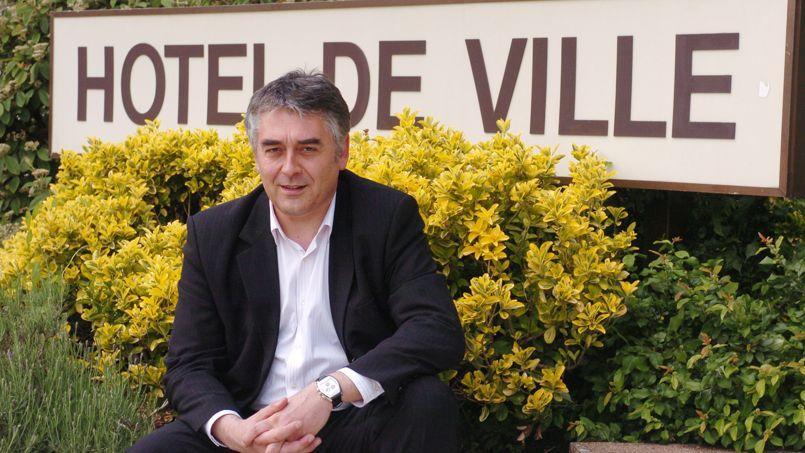 Gilles Bourdouleix le 26 mai 2006 devant sa mairie de Cholet.