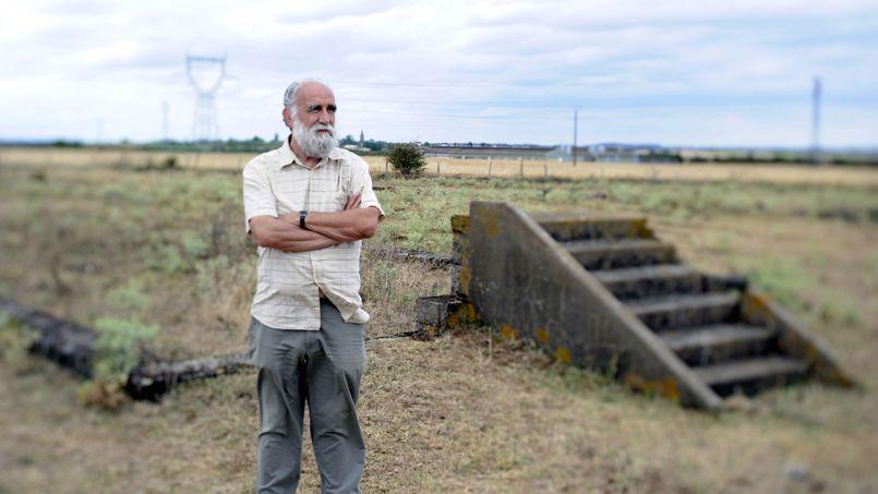 Jacques Sigot, historien, devant les derniers vestiges du camp de concentration tsigane de Montreuil-Bellay. DAMIEN MEYER / AFP