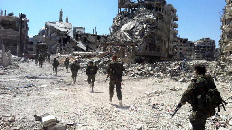 L'armée régulière patrouille dans le quartier d'al-Khaldiyé, dimanche à Homs.