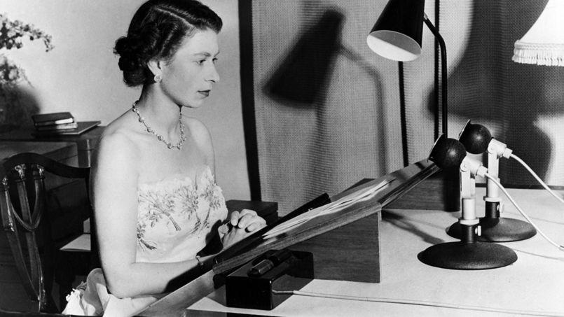 Elizabeth II, en 1953, lors d'une émission de radio.