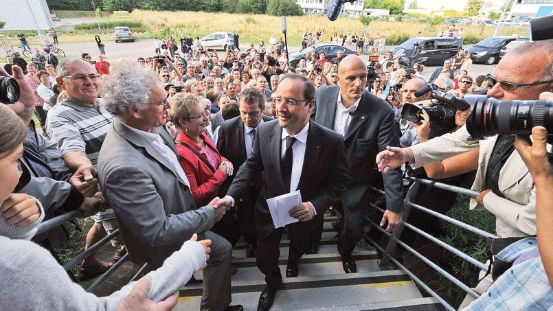François Hollande à son arrivée à l'agence Pôle emploi de La Roche-sur-Yon, mardi.