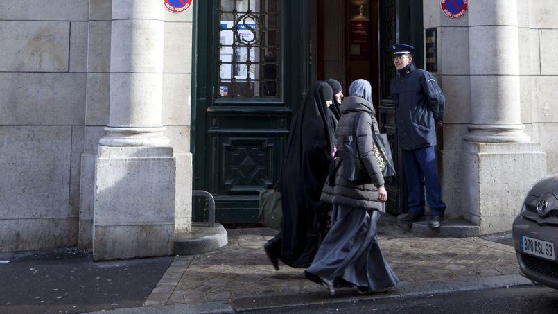 Des étudiantes portant le voile à l'entrée de la Sorbonne à Paris en 2012.