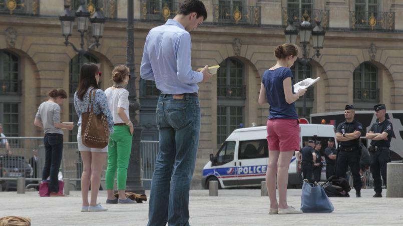 Des «veilleurs», le 1er juillet, devant le Palais de Justice, place Vendôme à Paris.