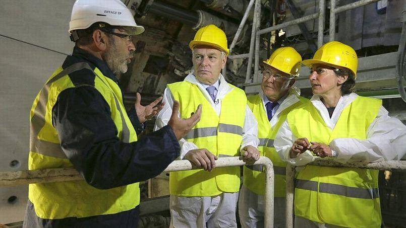 Jean-Marc Ayrault, Michel Sapin et Marisol Touraine sur un chantier de construction, cette nuit.