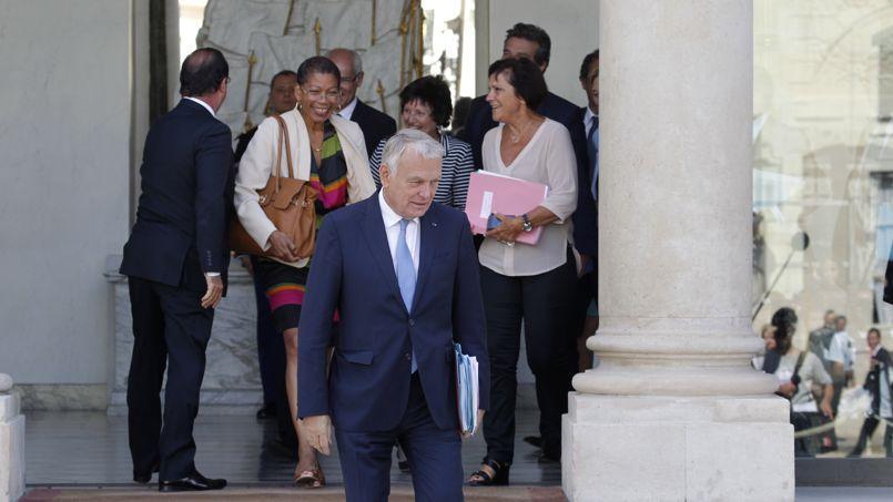 Jean-Marc Ayrault, François Hollande et le gouvernement à la sortie du séminaire, lundi à l'Élysée.
