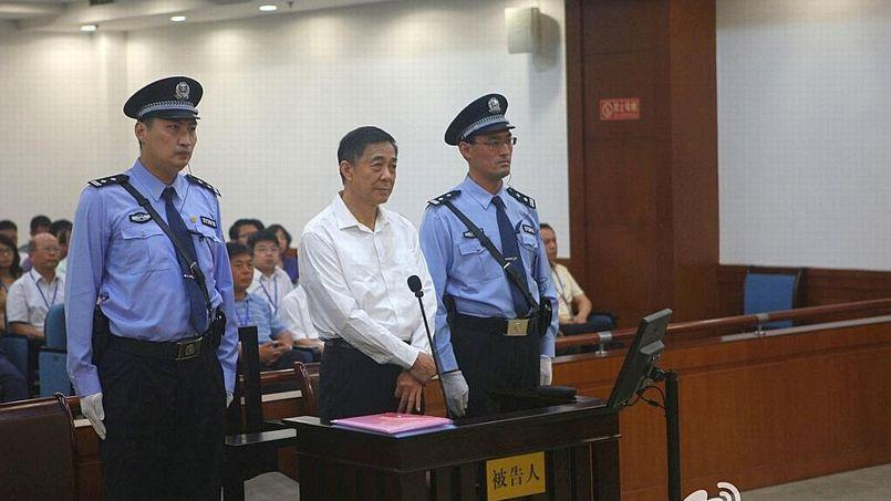 Le tribunal chinois où comparaissait jeudi pour corruption Bo Xilai a diffusé une photographie du dirigeant déchu debout dans le box des accusés, soit sa première image publique en 17 mois.