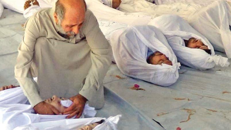 Un homme pleure un membre de son entourage décédé dans le bombardement meurtrier de la ville de Douma par les forces d'el-Assad.