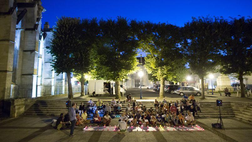 Un groupe de «veilleurs» devant la cathédrale de Luçon, en Vendée, le 14 août.