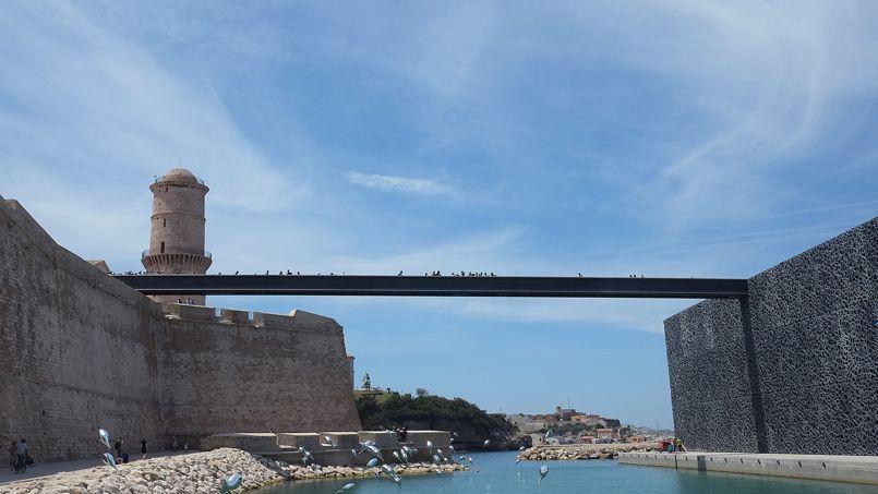 Juste à côté du Vieux-Port se dresse le fort Saint-Jean, début du MuCEM qui se prolonge jusqu'au J4, le bâtiment emblématique conçu par Rudy Ricciotti.