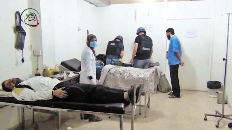 Image extraite d'une vidéo postée sur Internet montrant, selon ses auteurs, des inspecteurs de l'ONU visitant un hôpital dans la banlieue de Damas.