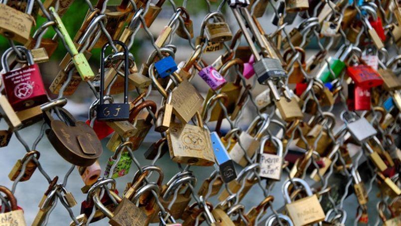 La passerelle du Pont des Arts, submergée par les «cadenas d'amour».