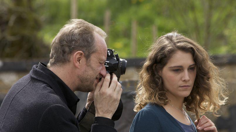 Antoine, photographe aussi doué que désabusé (Benoît Poelvoorde) et sa jolie voisine, Elena (Ariane Labed) dans Une place sur la terre.