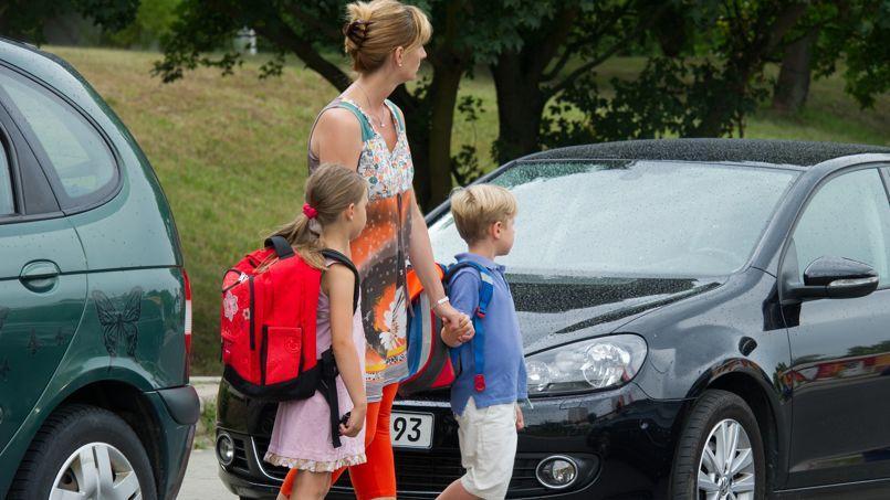 Les parents imprudents sur le chemin de l'école