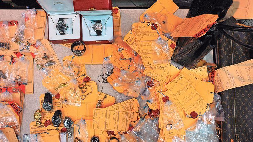 Saisie d'objets de valeur, à la suite d'une interpellation par la gendarmerie, concernant un vaste trafic, en septembre 2012, à Lille.
