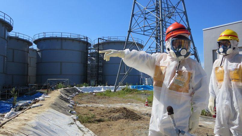 Le ministre japonais de l'Industrie et de l'Économie visite les installations de Fukushima.