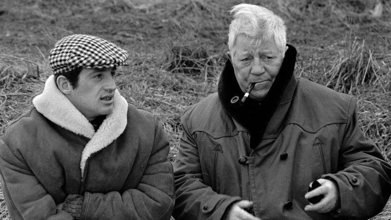 Les acteurs Jean-Paul Belmondo et Jean Gabin sur le tournage d'Un singe en hiver, en Normandie, le 26 janvier 1962.