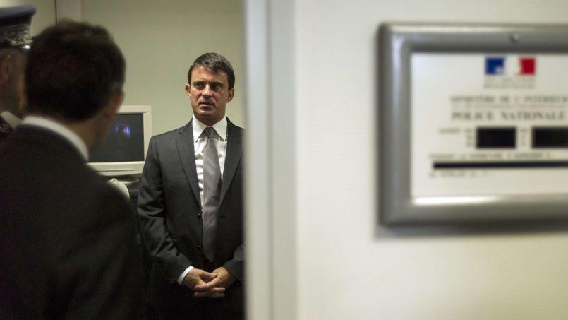 Le ministre de l'Intérieur, Manuel Valls, vendredi, à Ris-Orangis (Essonne).