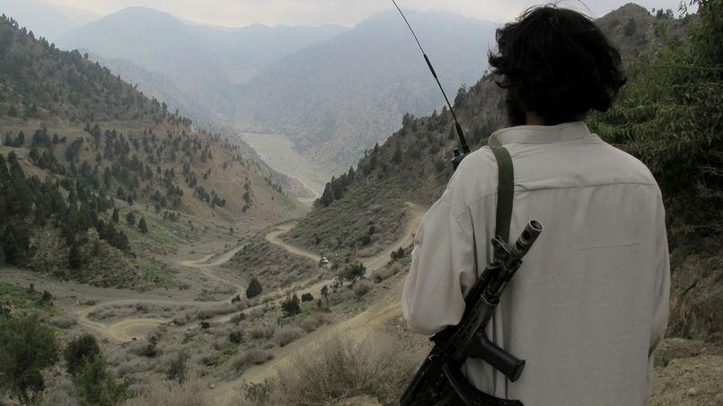 Un taliban pakistanais en poste mi-août dans le Waziristan, à la frontière pakistano-afghane, où voulaient se rendre les apprentis djihadistes français.