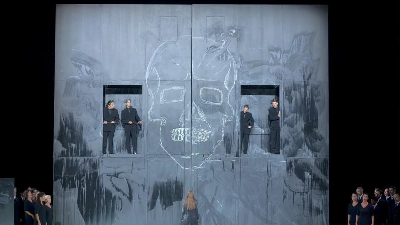 Pierre-André Weitz a conçu une scénographie d'une simplicité classique fidèle à la tragédie épurée de Gluck.