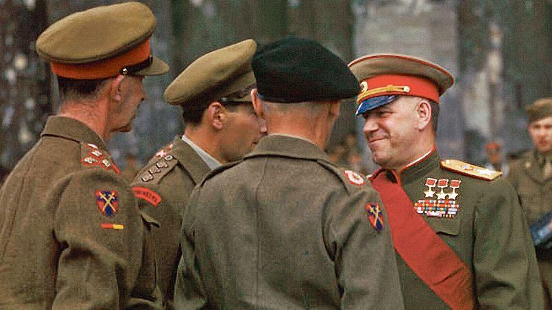 Gueorgui Joukov en1945 à Berlin, àl'occasion d'une cérémonie deremise de médailles.