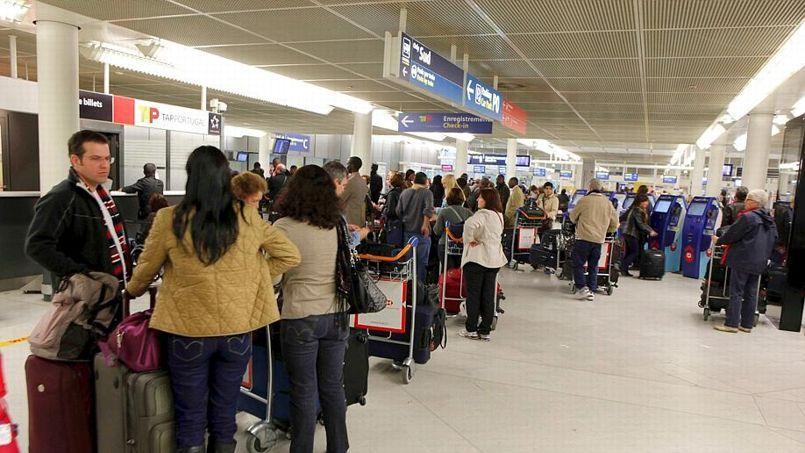 Ambiance dans le terminal Ouest d'Orly alors qu'une partie des personnels d'Air France était en grève, le 30 octobre 2011