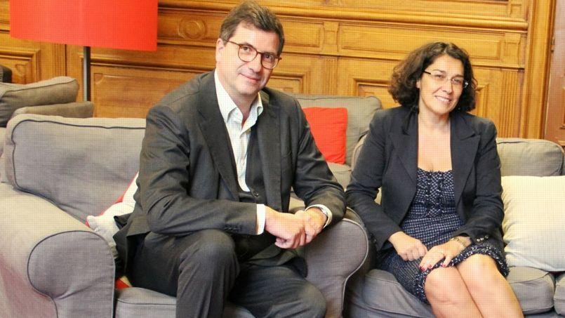 Carlo d'Asaro Biondo, président de Google pour la région Europe du Sud, de l'Est, Moyen-Orient et Afrique et Nathalie Collin, présidente de l'Association de la presse d'information politique et générale (AIPG).
