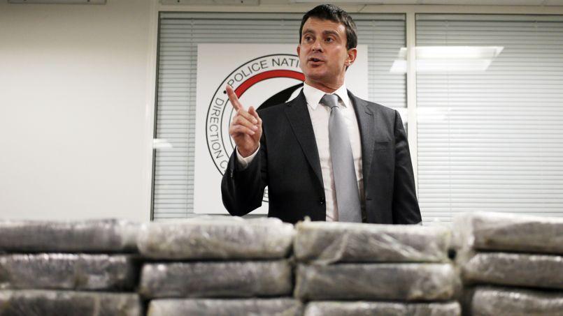 Manuel Valls a présenté les résultats de la saise devant les valises qui contenaient la drogue.