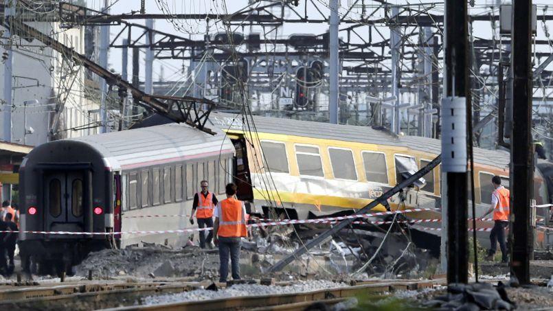 Des équipes de secours près du train déraillé, le 12 juillet à Brétigny-sur-Orge (Essonne).
