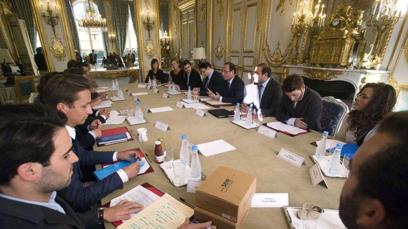 François Hollande a reçu lundi après-midi une douzaine de très jeunes entrepreneurs, qui ont réussi à créer eux-mêmes leur propre emploi.