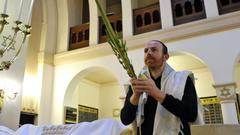 Le rabbin Michaël Azoulay (ici lors d'un office à la synagogue de Neuilly-sur-Seine, dimanche) a été évincé du comité.